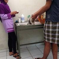 Photo taken at Klinik Hewan dan Petshop Kasih satwa by Damai Rizki K. on 1/20/2014