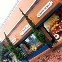 Foto tirada no(a) Romana Confeitaria e Rotisseria por Paulo P. em 12/18/2012