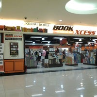 Photo taken at BookXcess by Dieyra A. on 1/5/2013