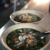Photo taken at ก๋วยเตี๋ยวหมูบ้านบึง(เจ้าเก่า) by Thitipong s. on 1/3/2018