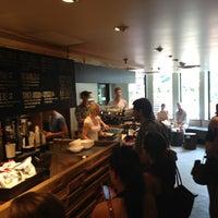 6/22/2013 tarihinde David K.ziyaretçi tarafından Pavement Coffeehouse'de çekilen fotoğraf