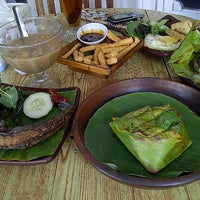 Photo taken at Pondok Jowi Spesial Nasi Bakar by Puspa H. on 11/22/2012