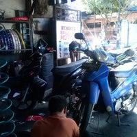 Photo prise au Bengkel Bali Ge Motor par Aria U. le7/5/2013