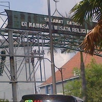 Photo taken at Kawasan Wisata Religi Makam Sunan Ampel by Rozano S. on 3/10/2013