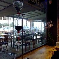 รูปภาพถ่ายที่ Overdose Coffee 3rd Wave Coffee Shop & Roastery โดย oya genç i. เมื่อ 10/24/2015