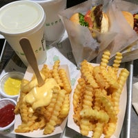 Photo taken at Shake Shack by Nobue T. on 7/15/2016