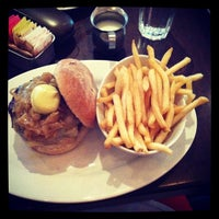 Photo taken at 5 Napkin Burger by Bea V. on 5/17/2013