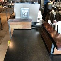 Das Foto wurde bei Starbucks von Bee P. am 10/23/2017 aufgenommen