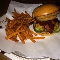Foto tomada en Grub Burger Bar por Kevin T. el 12/25/2013