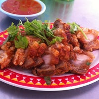 Photo taken at ก๋วยจั๊บตั๊กม้อ-กระเพาะปลา by Aey p. on 9/20/2012