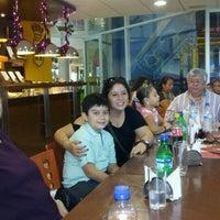 Foto diambil di Dinos oleh Oscar Arturo L. pada 12/17/2012