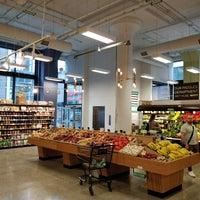 Das Foto wurde bei MOM's Organic Market von John E. am 9/12/2017 aufgenommen