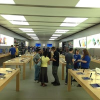 Photo taken at Apple Hilldale by Luis T. on 5/31/2013
