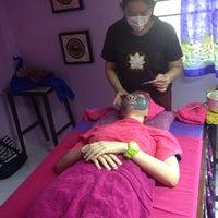 Photo taken at โรงเรียนแพทย์แผนไทยชีวกโกมารภัทจ์ Thai Massage School Shivagakomarpaj (Old Medicine Clinic) by ueangnapha t. on 4/4/2014