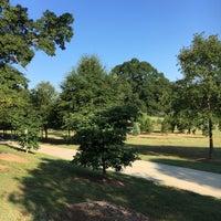 Das Foto wurde bei Atlanta BeltLine Trailhead @ Bobby Jones Golf Course von Vivian W. am 9/5/2016 aufgenommen