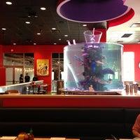 Photo prise au The Cowfish Sushi Burger Bar par Sarah W. le5/3/2013