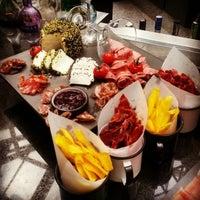 Снимок сделан в HUB-Food Art & Lounge пользователем Ivonne B. 11/29/2014