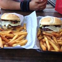 Das Foto wurde bei Killer Burger von Angie am 4/26/2013 aufgenommen