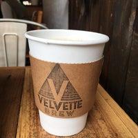 Foto tirada no(a) Velvette Brew por Emily O. em 8/18/2017
