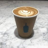 Das Foto wurde bei Blue Bottle Coffee von Christine 🍂 am 11/27/2017 aufgenommen
