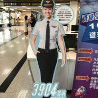 Photo taken at 華信航空報到櫃台 Mandarin Airlines Check-in Counter by KT M. on 11/14/2017
