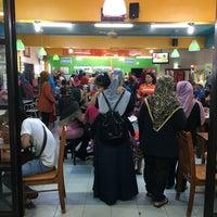 Photo taken at Restoran Yong tau fu Pulau Gadong by Wanted W. on 10/29/2016