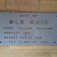 Das Foto wurde bei Academic Building von Shana C. am 3/10/2012 aufgenommen