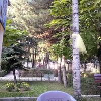 Photo taken at Nefisenin yeri Kız Meslek Lisesi çay bahçesi by Orhan S. on 9/10/2014