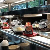 Foto tirada no(a) Kura Revolving Sushi Bar por Marc S. em 7/4/2018