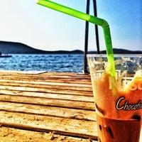 Foto tirada no(a) Mavi Beach por Cihan Omer K. em 8/19/2013