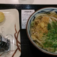 Photo taken at Marugame Seimen by Holly H. on 8/11/2014