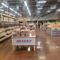 Foto scattata a Asian Express @ Whole Foods Market da Dir S. il 4/13/2018