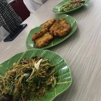 Foto tomada en Restoran Ikan Tude Manado por Lia R. el 10/22/2017