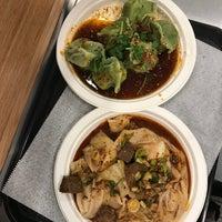 Das Foto wurde bei Xi'an Famous Foods von Madison L. am 9/24/2017 aufgenommen
