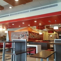 Foto tirada no(a) KFC por Riyadh M. em 3/26/2014
