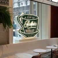 Foto tirada no(a) Ralph's Coffee Shop por Hélène K. em 5/9/2015