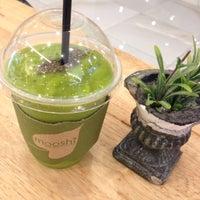 Photo taken at Mooshi Green Smoothie + Juice Bar by Mae S. on 4/26/2016