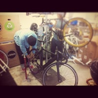 Foto scattata a Bici Showroom & Cyclery da Chan L. il 2/26/2013