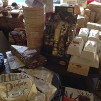 12/24/2013 tarihinde Tess C.ziyaretçi tarafından 24th Street Cheese Company'de çekilen fotoğraf