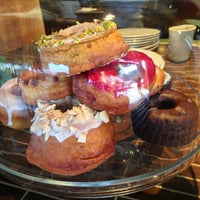 Photo prise au Dynamo Donut & Coffee par Tess C. le2/23/2013
