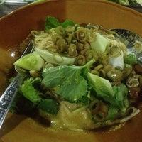 Photo taken at ร้าน-ขนมจีนหลานป้าจุ้ย by Wasin W. on 4/24/2014