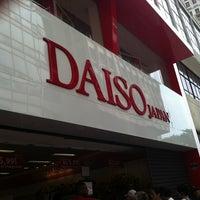 Foto tirada no(a) Daiso Japan por Vanessa M. em 12/28/2012