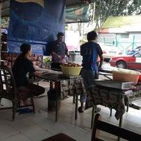 Photo taken at (Restoran Rafi) Murtabak Tomok Kg. Melayu by Ismail S. on 10/27/2012