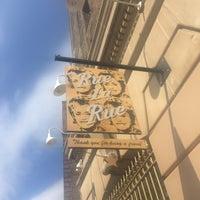 Foto tirada no(a) Rue La Rue Café por Meghan A. em 6/15/2017