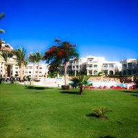 Foto tirada no(a) Beach @ Rixos Hotel por Tanya em 6/2/2014