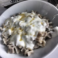 Foto scattata a Komşu Cafe da Sümeyye Ç. il 5/22/2017