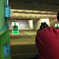 10/2/2012 tarihinde Alaine J.ziyaretçi tarafından Bullseye Gun Range'de çekilen fotoğraf