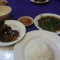 Photo taken at Lesehan Pa' Daeng by hendrat a. on 5/13/2013