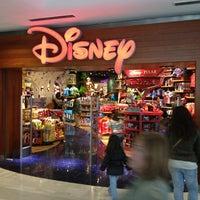 Foto tomada en Disney Store por Julien B. el 5/18/2013