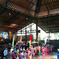 Photo prise au Saung Angklung Mang Udjo par Ovi S. le12/16/2012